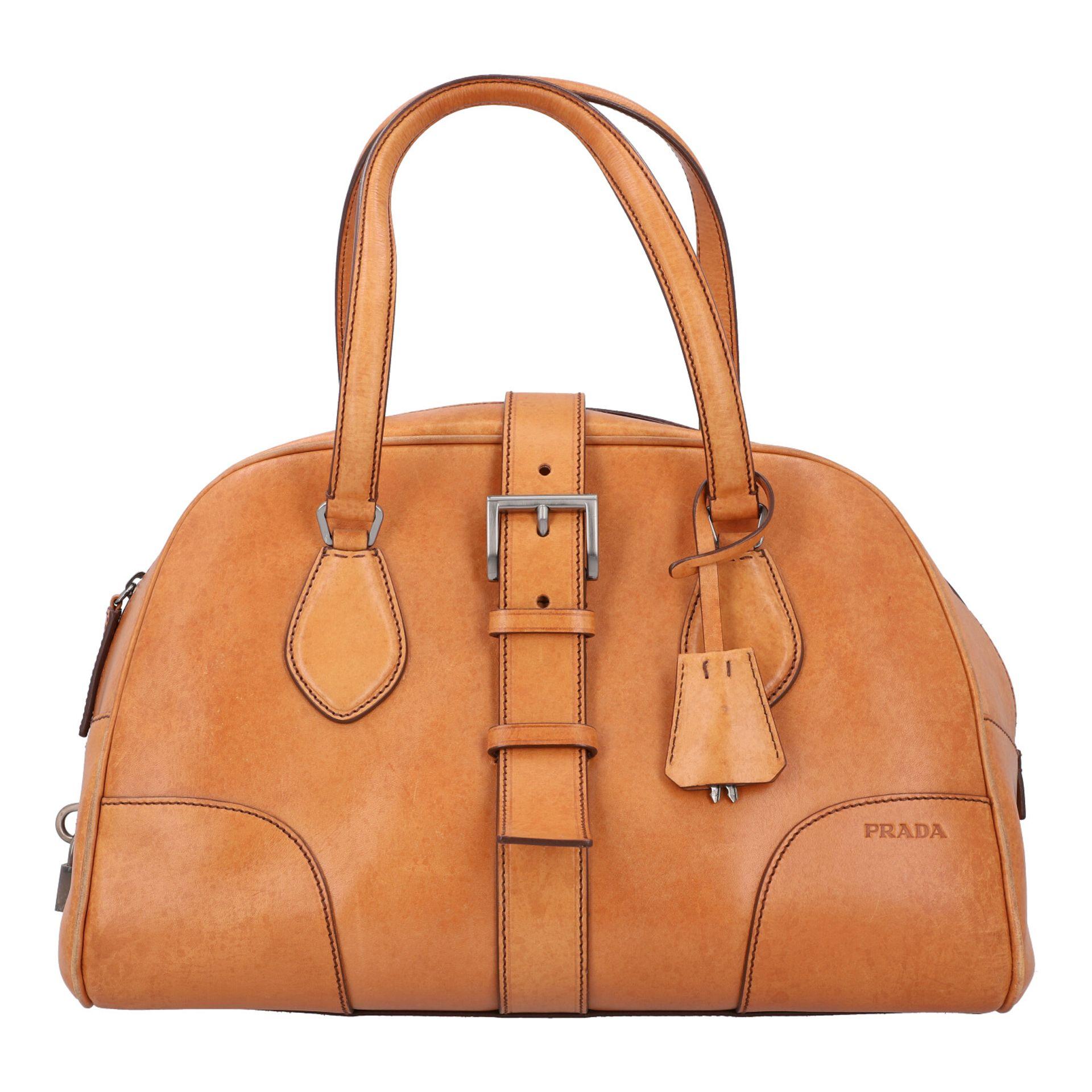 PRADA Handtasche. Glattleder in Beige mit silberfarbener Hardware, stabiles Modell mit