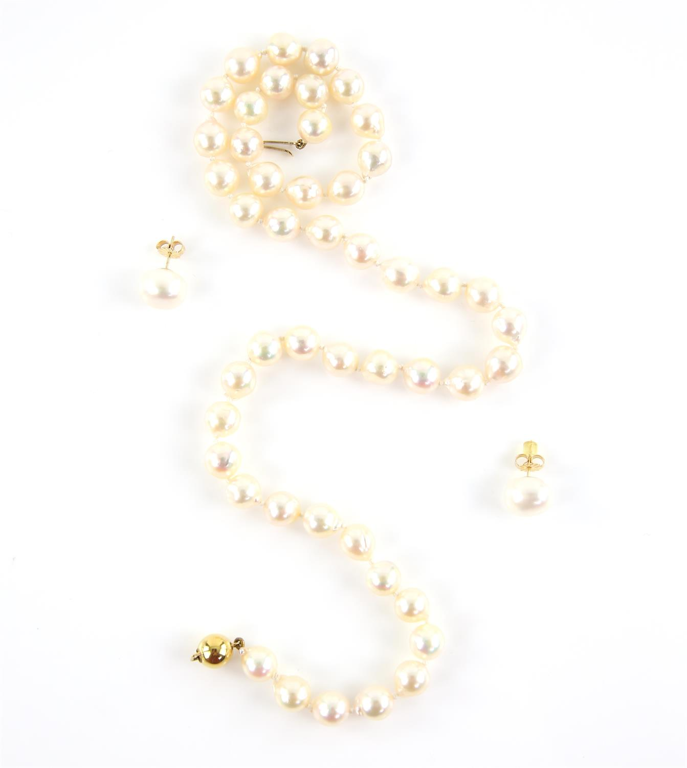 Pearl necklace, comprised of forty-seven 7.9-8.5mm cultured cream pearls, strung with knots,