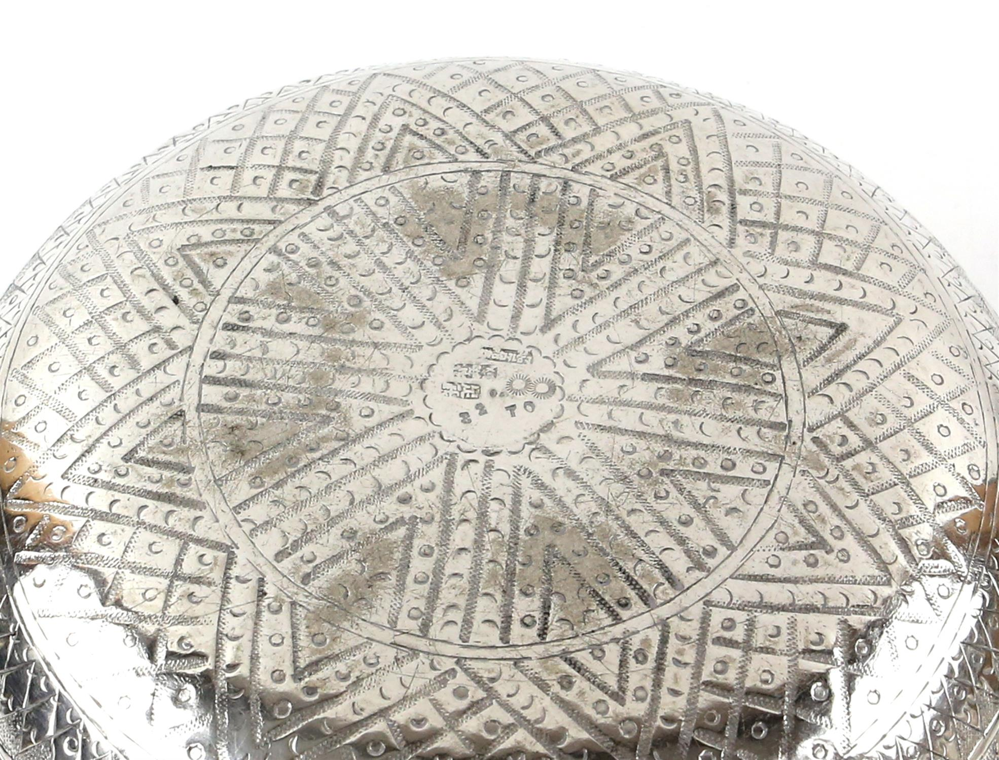 Far Eastern silver bowl with hammered and embossed decoration of repeating shells on plinths, 17. - Image 3 of 3