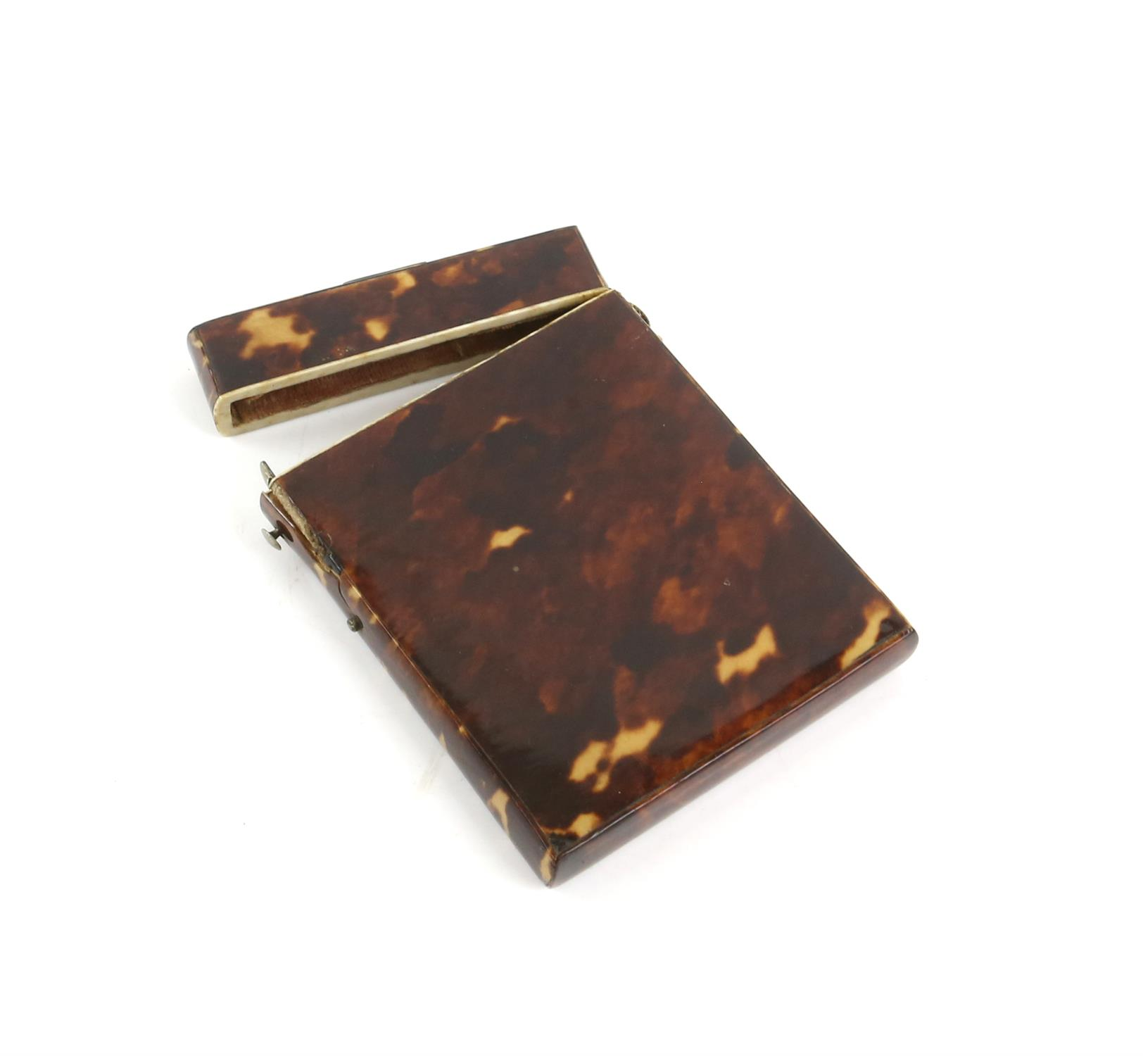 A tortoiseshell card case, a horn snuff box, and a lacquered snuff box. (3) - Image 3 of 5