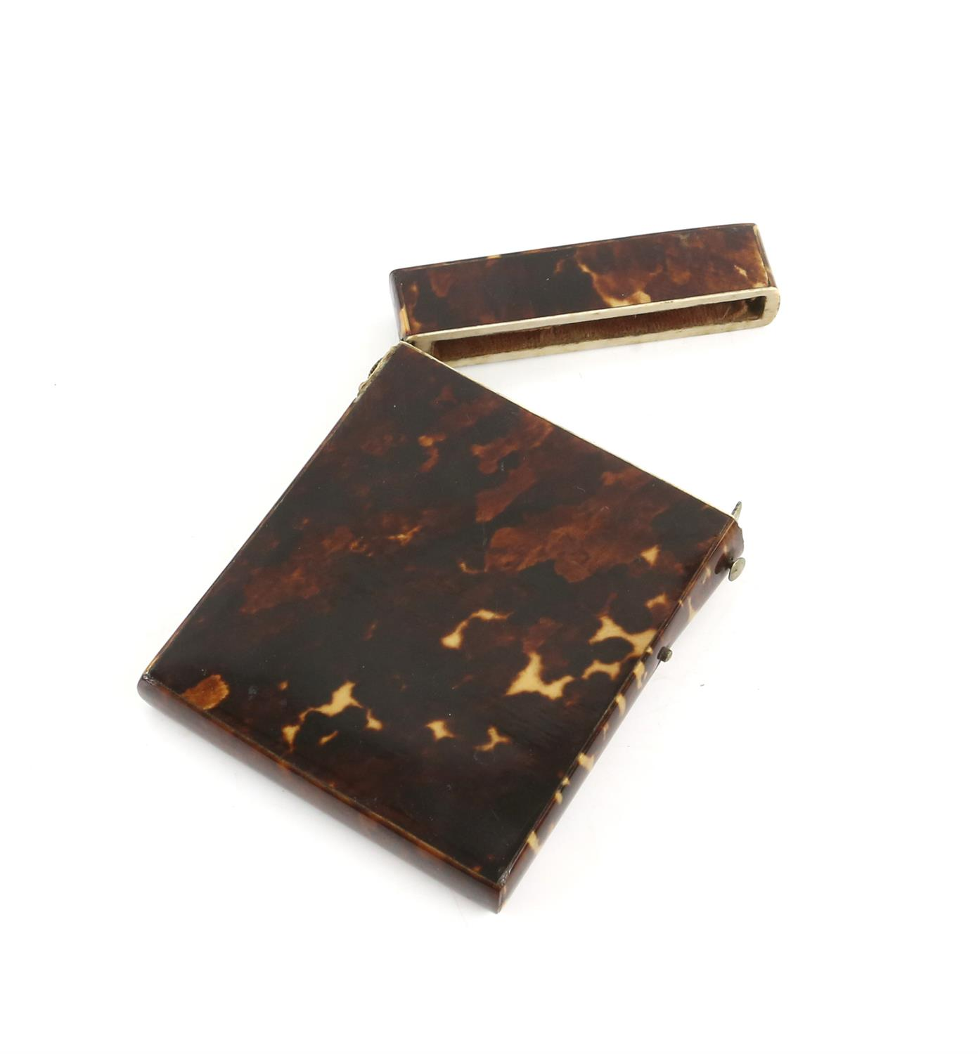 A tortoiseshell card case, a horn snuff box, and a lacquered snuff box. (3) - Image 2 of 5