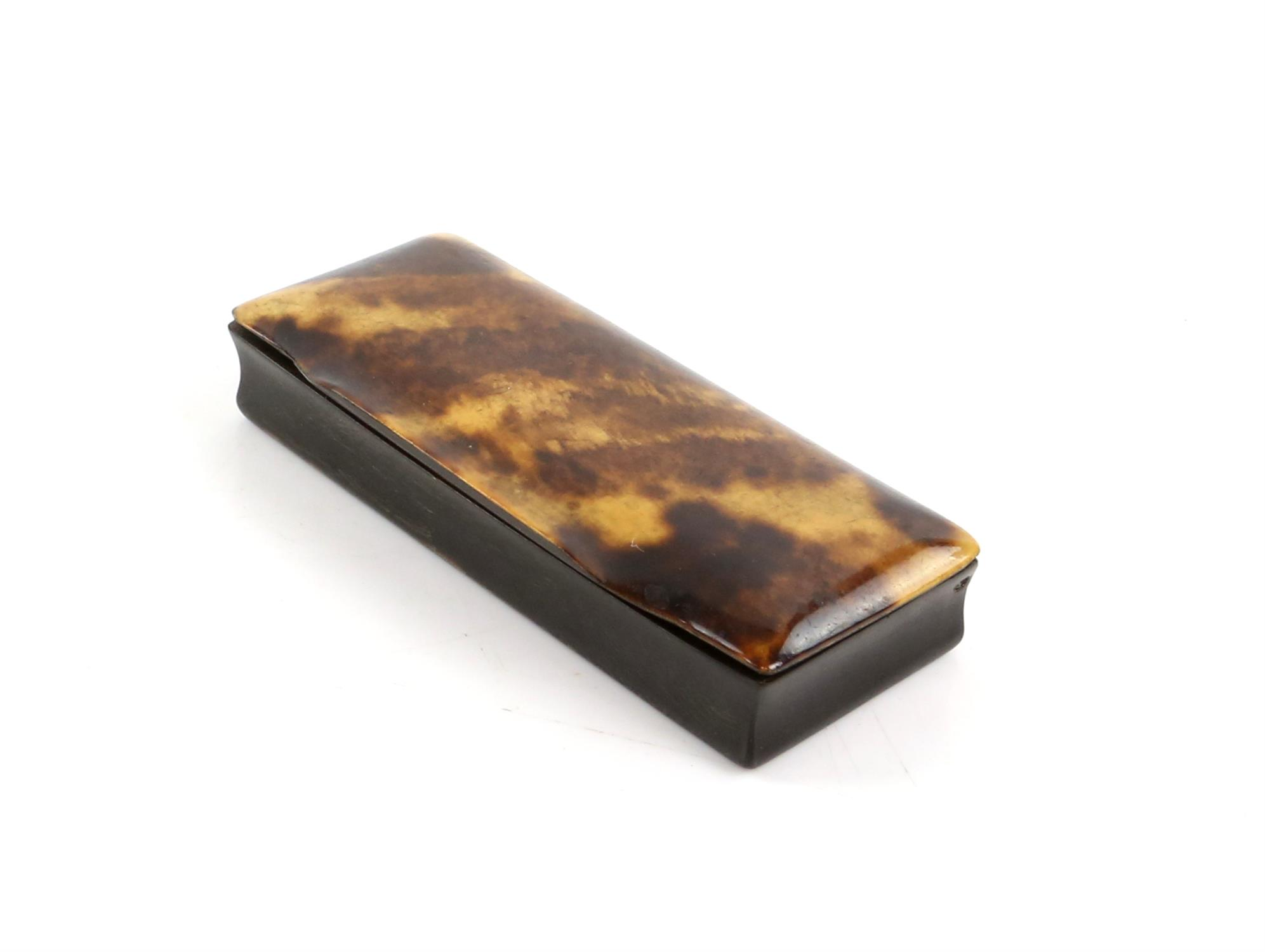 A tortoiseshell card case, a horn snuff box, and a lacquered snuff box. (3) - Image 5 of 5