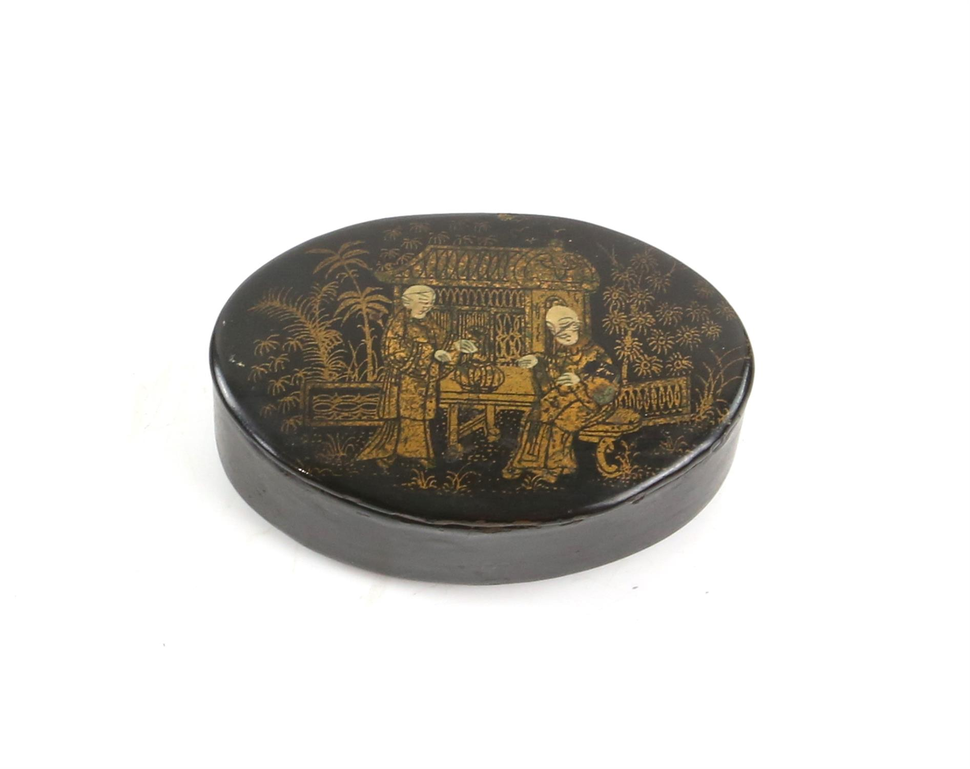 A tortoiseshell card case, a horn snuff box, and a lacquered snuff box. (3) - Image 4 of 5