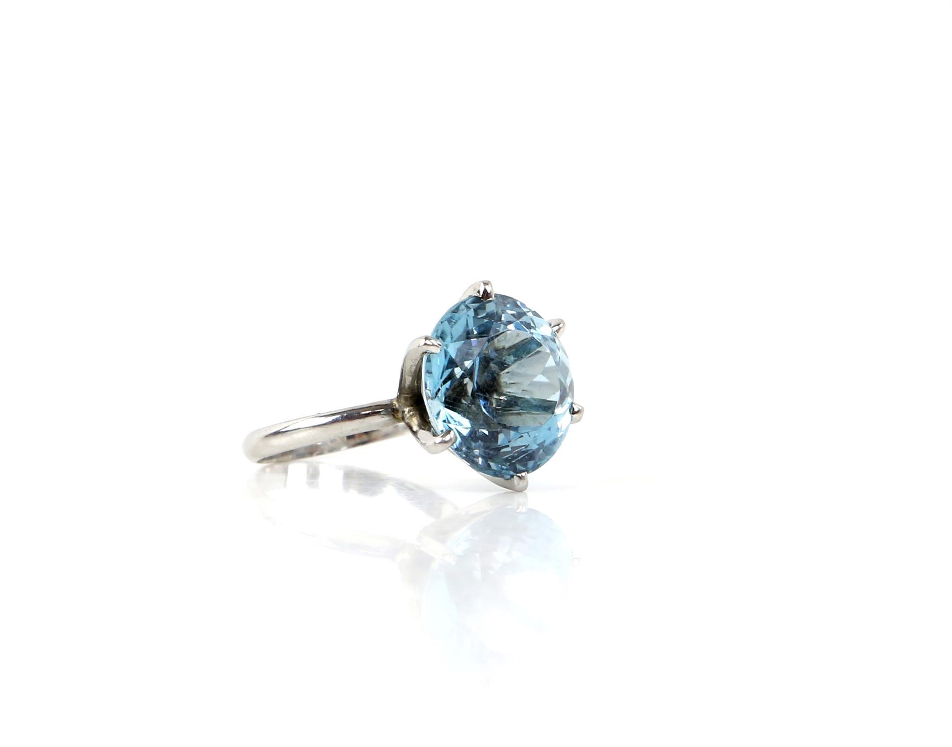 Aquamarine ring, round cut aquamarine, estimated weight 8.80 carats, mount testing as 18 ct, - Image 3 of 9