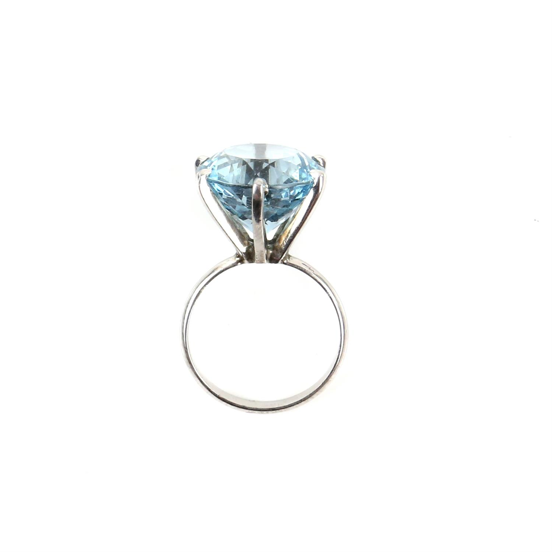 Aquamarine ring, round cut aquamarine, estimated weight 8.80 carats, mount testing as 18 ct, - Image 2 of 9