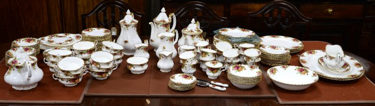 Large and extensive Royal Albert Old Country Roses dinner service, comprising 6 dessert plates,