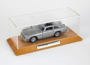 James Bond 007 - Danbury Mint Aston Martin DB5, 1:24 scale model of the car driven by Bond in