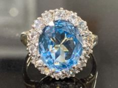 9CT YELLOW GOLD BLUE TOPAZ AND CUBIC ZIRCONIA CLUSTER RING COMPRISING OF A SINGLE BLUE TOPAZ STONE