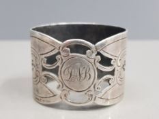 A VERY HEAVY WALKER AND HALL NAPKIN RING SHEFFIELD HALLMARKED 1918 DECORATION DEDICATED 28G