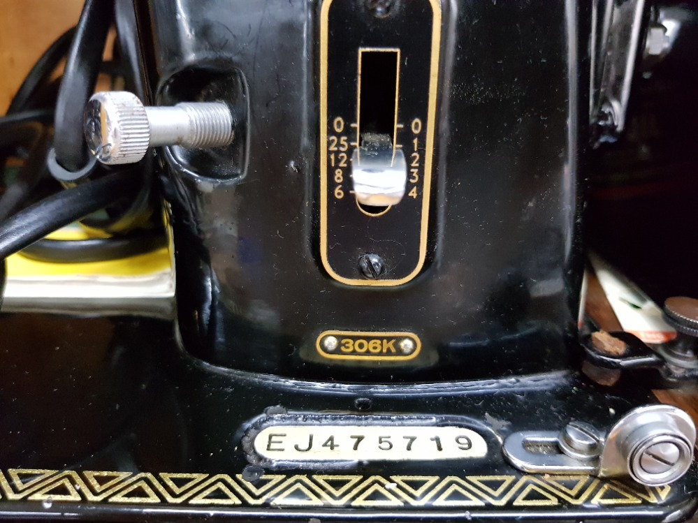 A singer sewing machine no EJ475719, in wooden case. - Image 2 of 3
