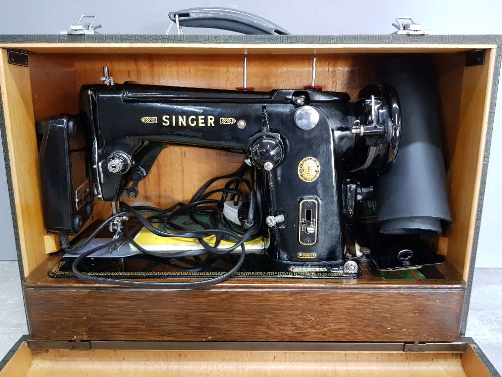 A singer sewing machine no EJ475719, in wooden case.