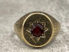 Gents 9ct gold Garnet signet ring. 5.1g size S
