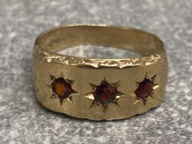 Gents 9ct yellow gold 3 stone garnet ring, 5.5G gross, size S