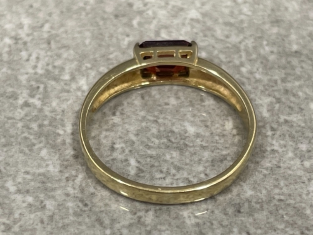Ladies 9ct gold Garnet ring. Size N 1.77g - Image 2 of 3