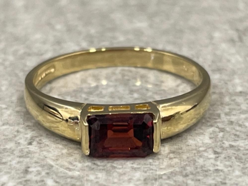 Ladies 9ct gold Garnet ring. Size N 1.77g