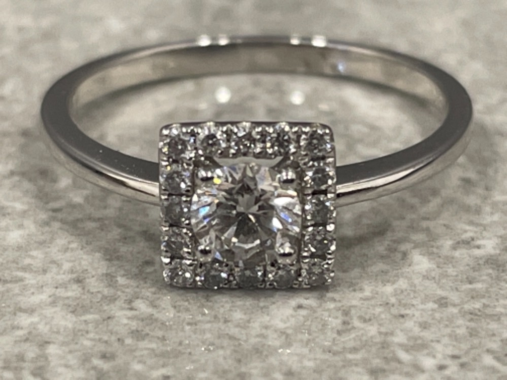 18ct white gold diamond cluster ring. Size M 2.1g