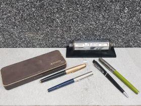Pens including 2 x Parker pens and desk calendar