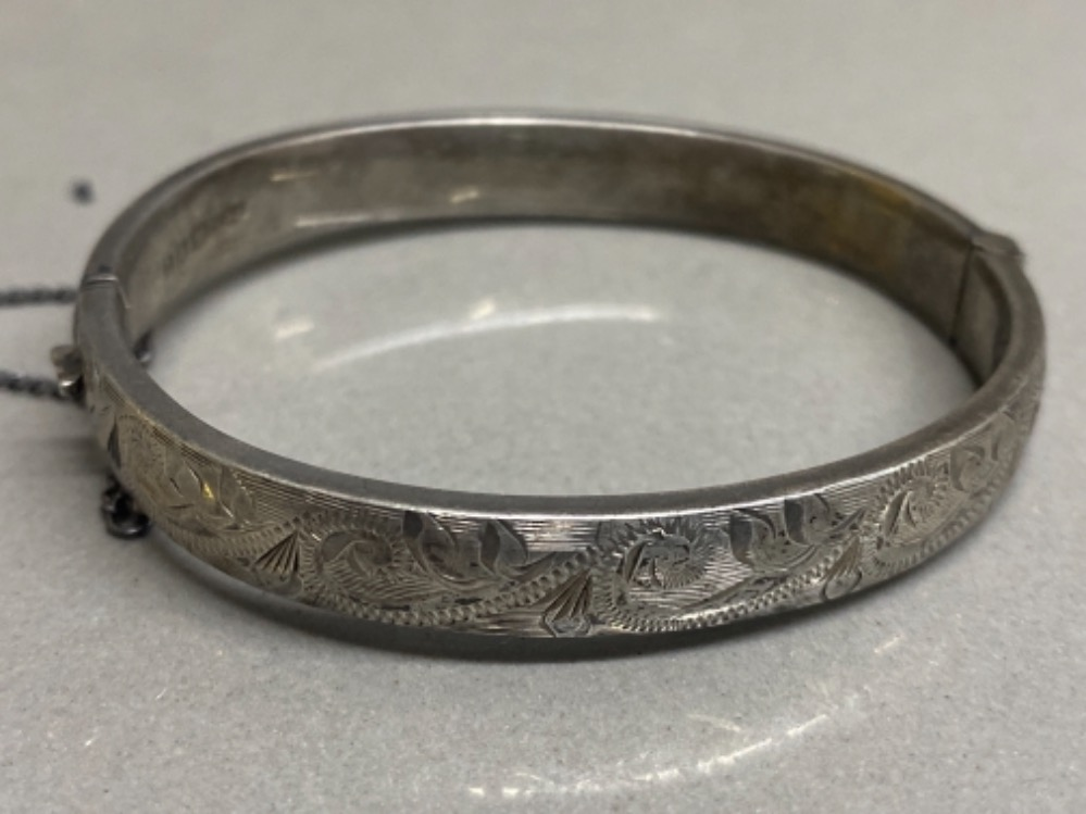 Hallmarked silver 1/2 etched child's bangle with safety chain, 11.2G - Image 2 of 2