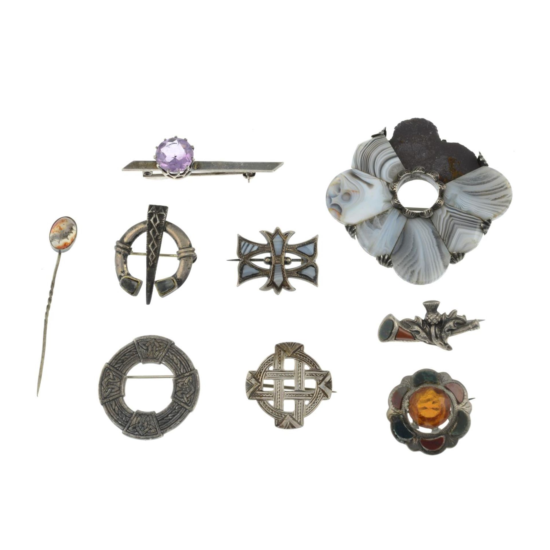 A selection of mainly Scottish agate brooches, to include an agate panel horseshoe brooch. - Image 3 of 3