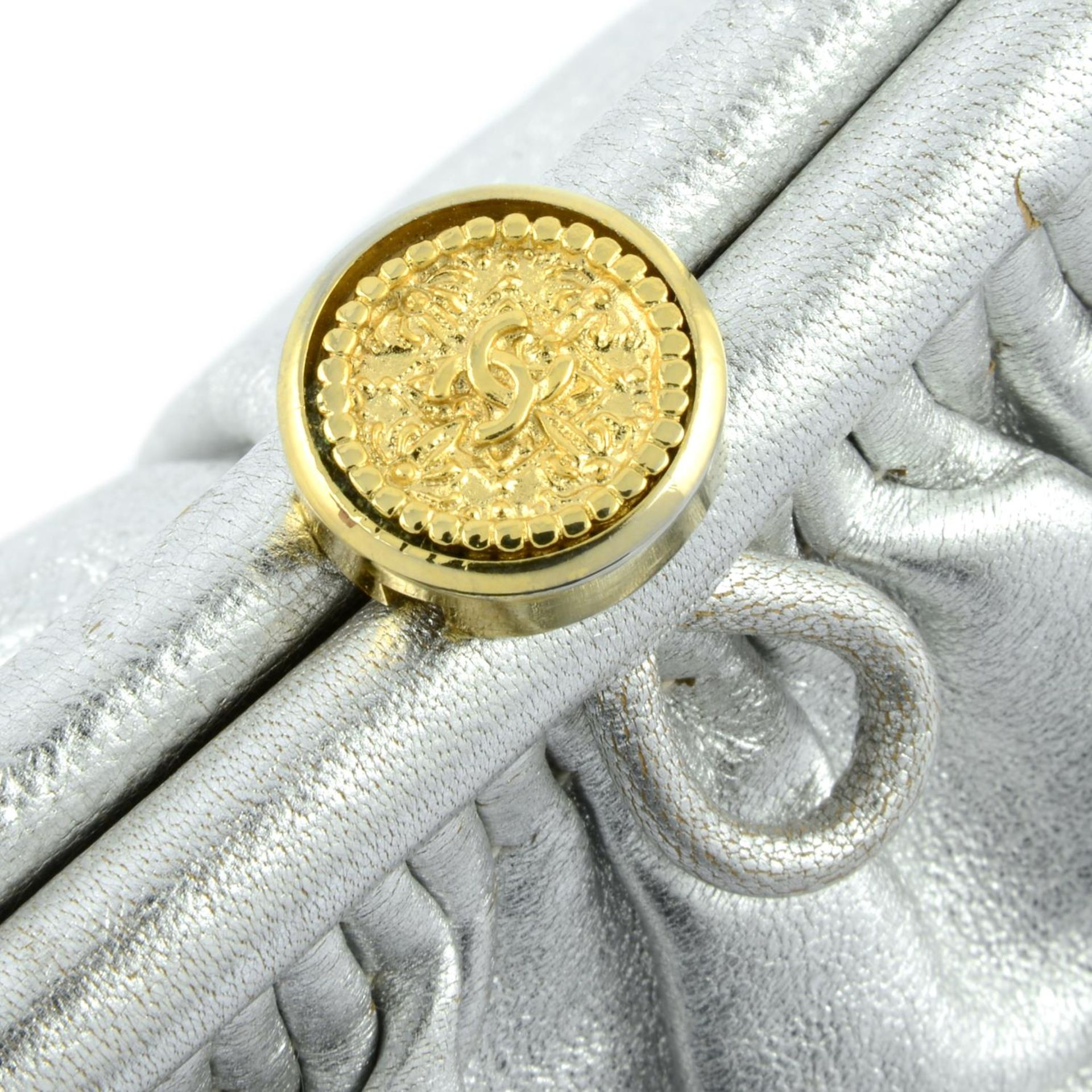 CHANEL - a vintage metallic kiss-lock clutch with chain. - Image 3 of 6