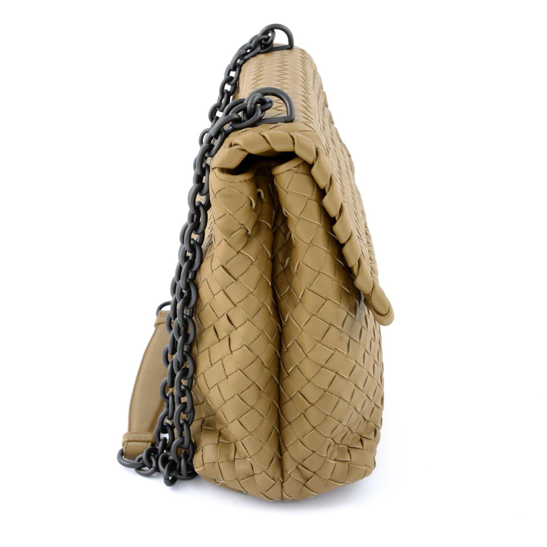 BOTTEGA VENETA - a fold over Intrecciato handbag. - Image 4 of 5