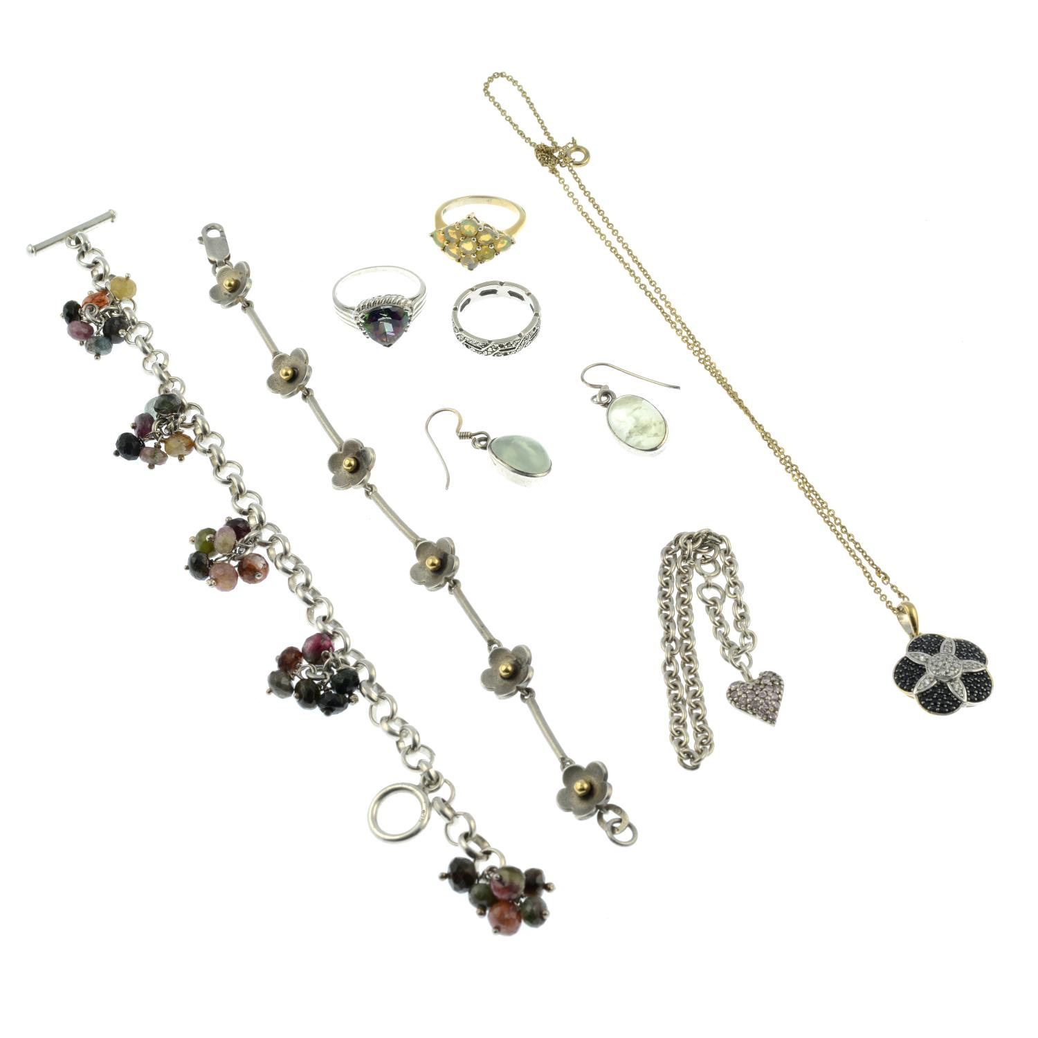 A selection of jewellery, to include a daisy chain motif bracelet. - Image 2 of 2