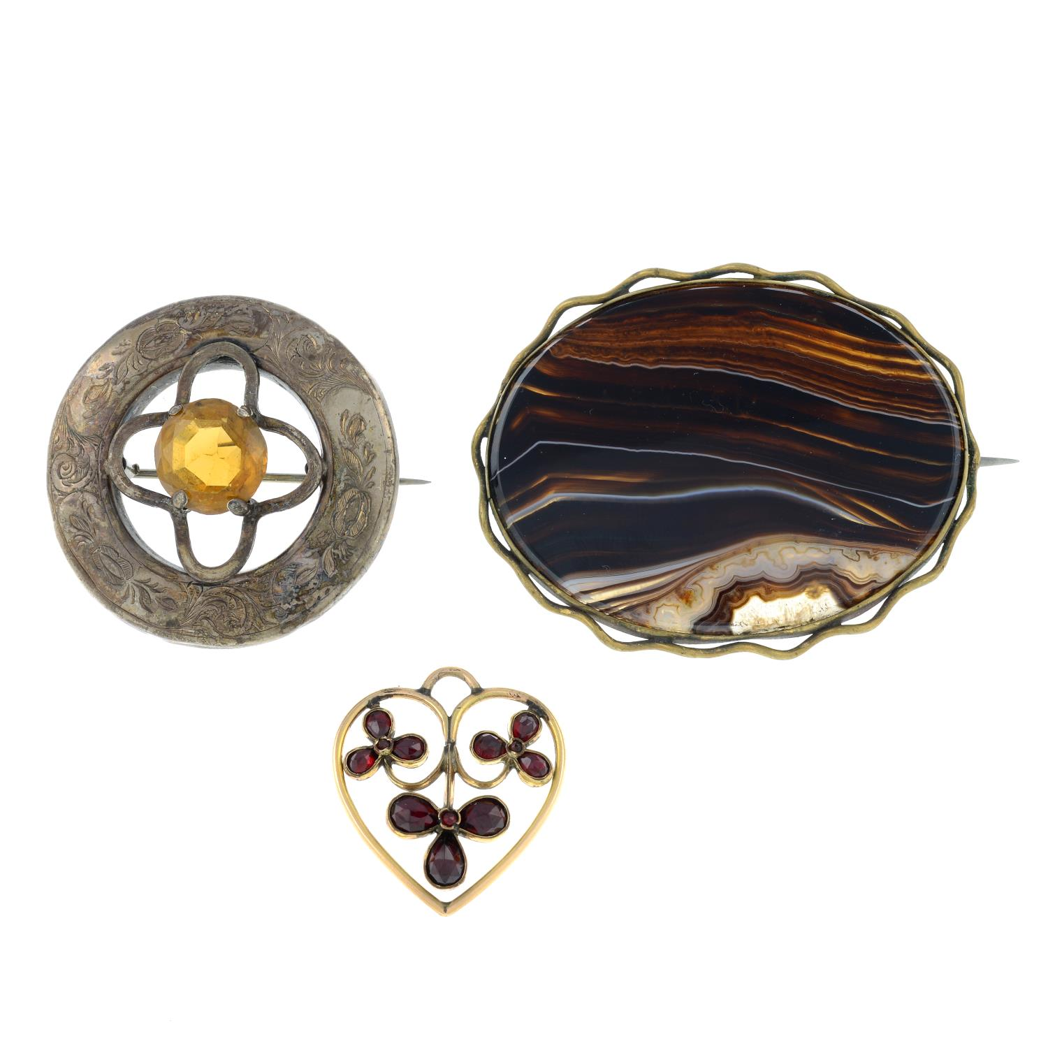 A selection of jewellery, to include an early 20th century garnet heart pendant.