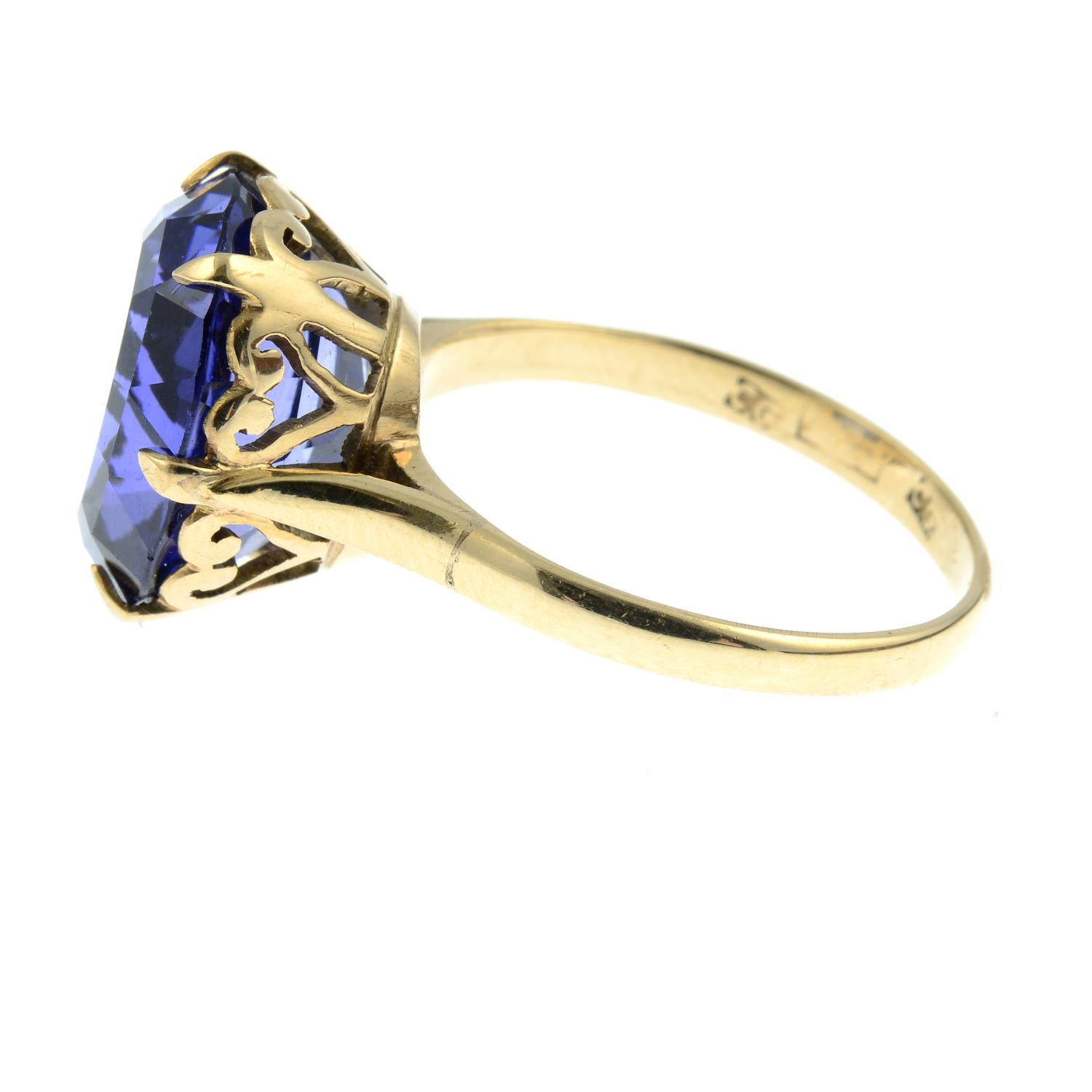 A synthetic sapphire ring.Ring size L. - Image 2 of 3