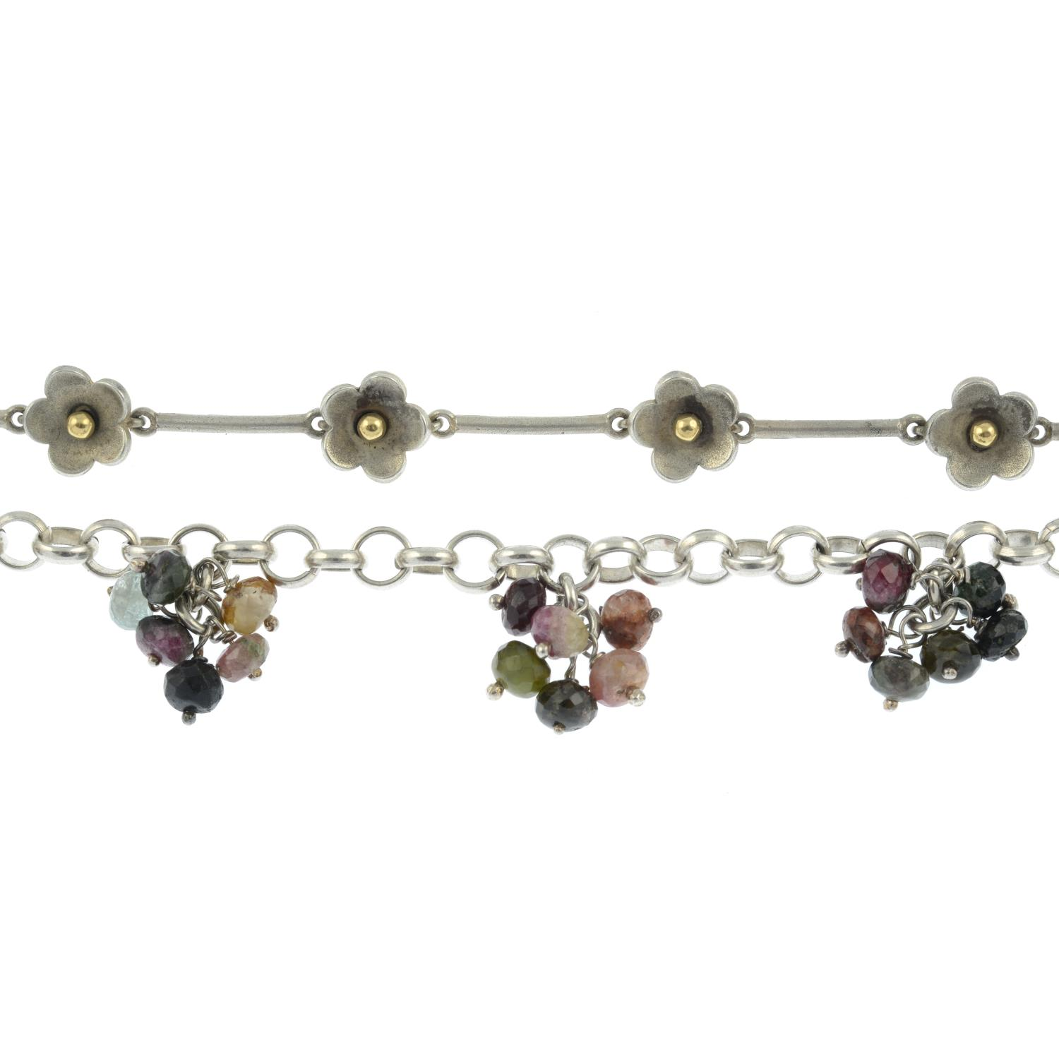 A selection of jewellery, to include a daisy chain motif bracelet.