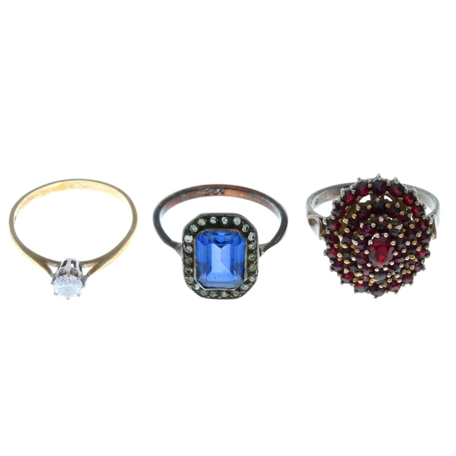 Twelve early 20th century and later rings, to include an early 20th century garnet cluster ring.