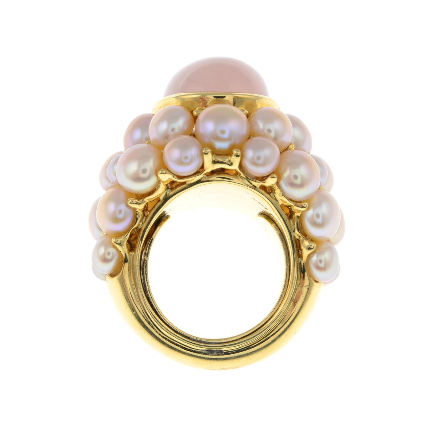 A rose quartz cabochon and pink cultured pearl cocktail ring, by Mimi.Signed Mimi.Stamped 750. - Image 6 of 6