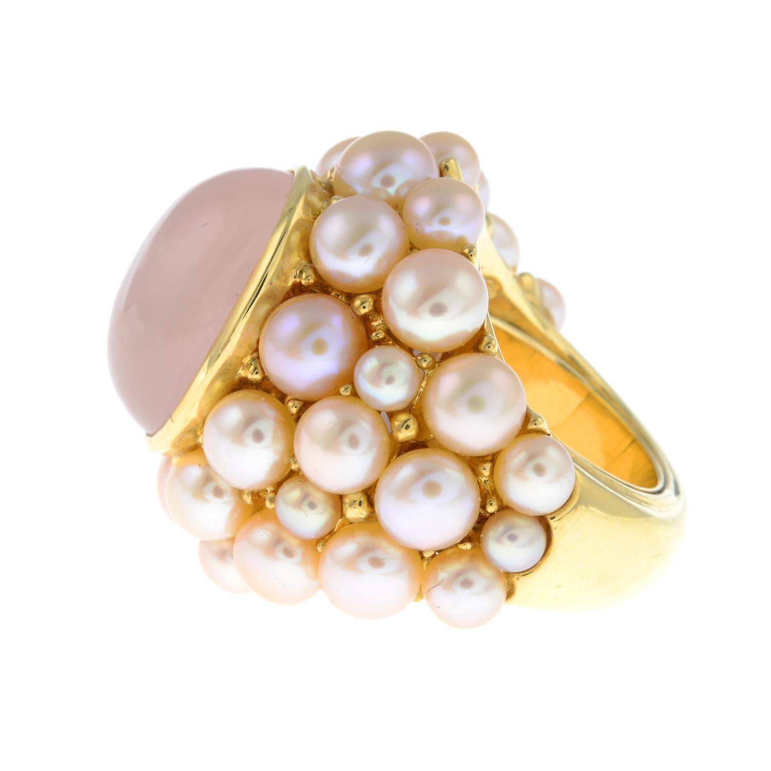A rose quartz cabochon and pink cultured pearl cocktail ring, by Mimi.Signed Mimi.Stamped 750. - Image 4 of 6