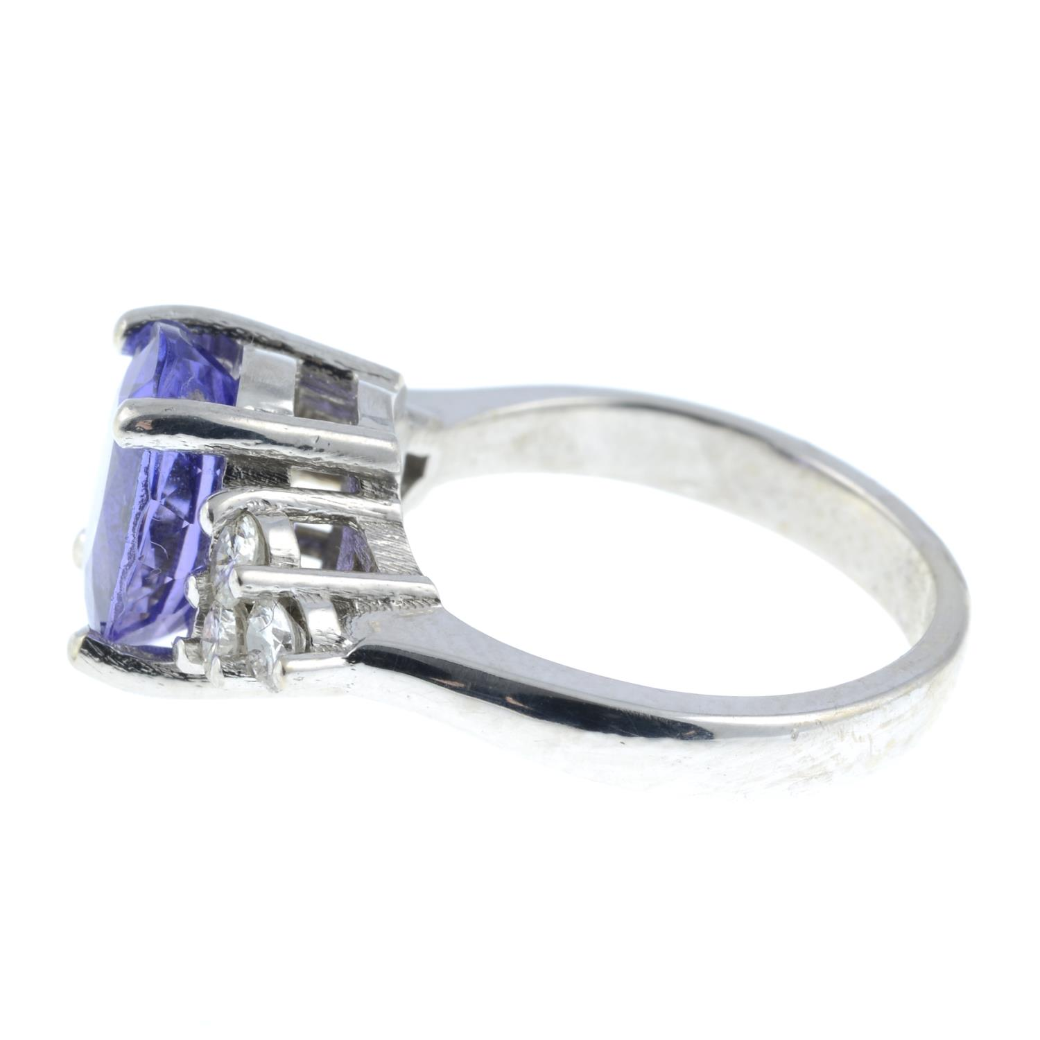 A tanzanite and diamond ring.Tanzanite calculated weight 2.72cts, - Image 4 of 6