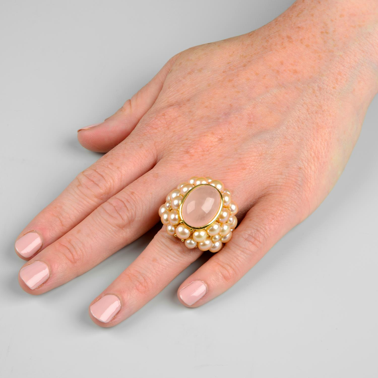A rose quartz cabochon and pink cultured pearl cocktail ring, by Mimi.Signed Mimi.Stamped 750. - Image 3 of 6