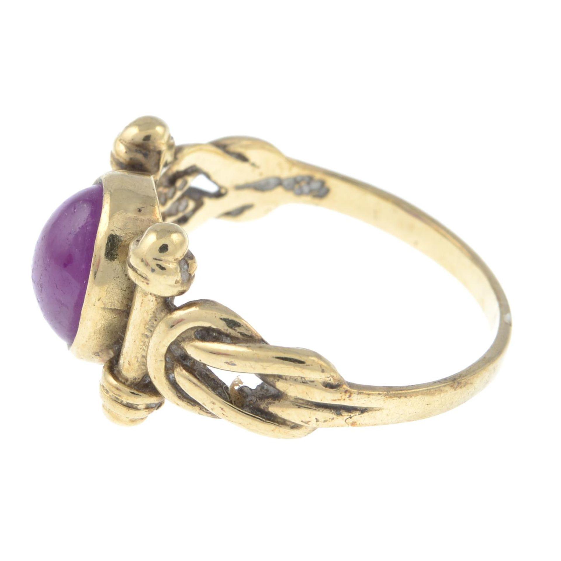A 9ct gold ruby single-stone ring.Hallmarks for Birmingham.Ring size L. - Bild 2 aus 3