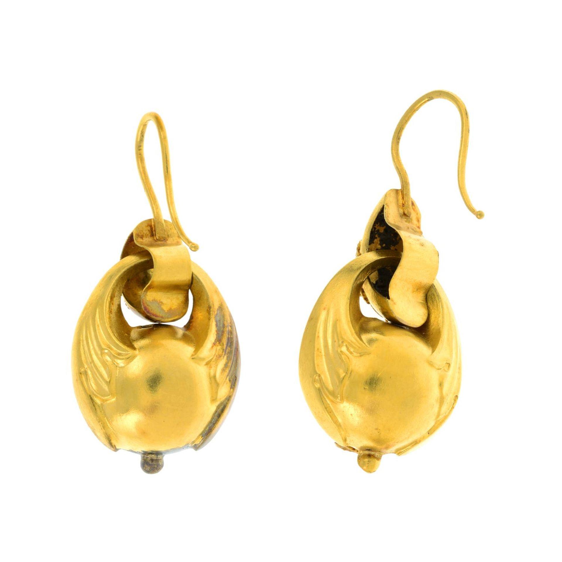 A pair of mid 19th century gold emerald drop earrings.Length 3.5cms. - Bild 2 aus 2