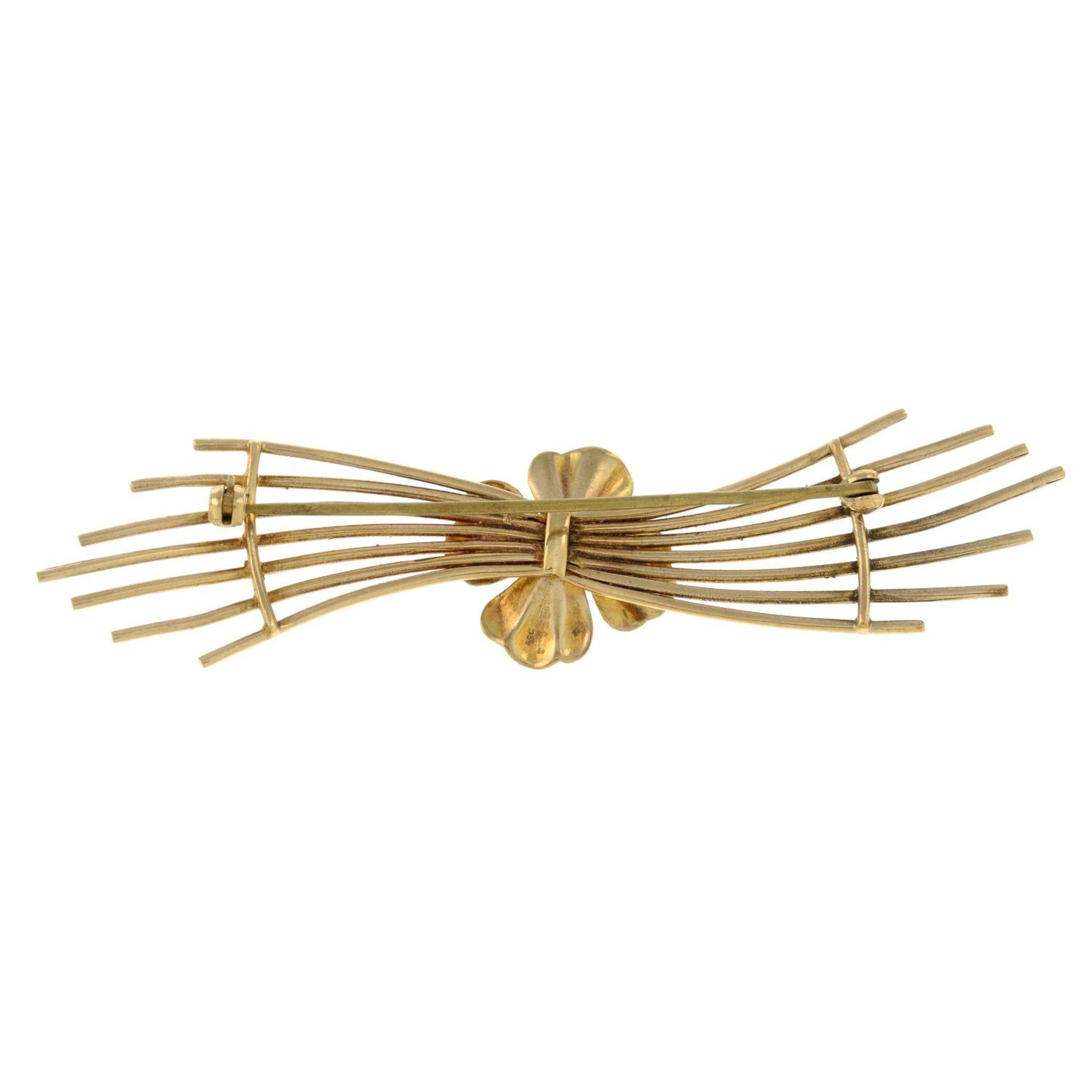 A 9ct gold garnet stylised flower brooch.Hallmarks for 9ct gold. - Bild 2 aus 2