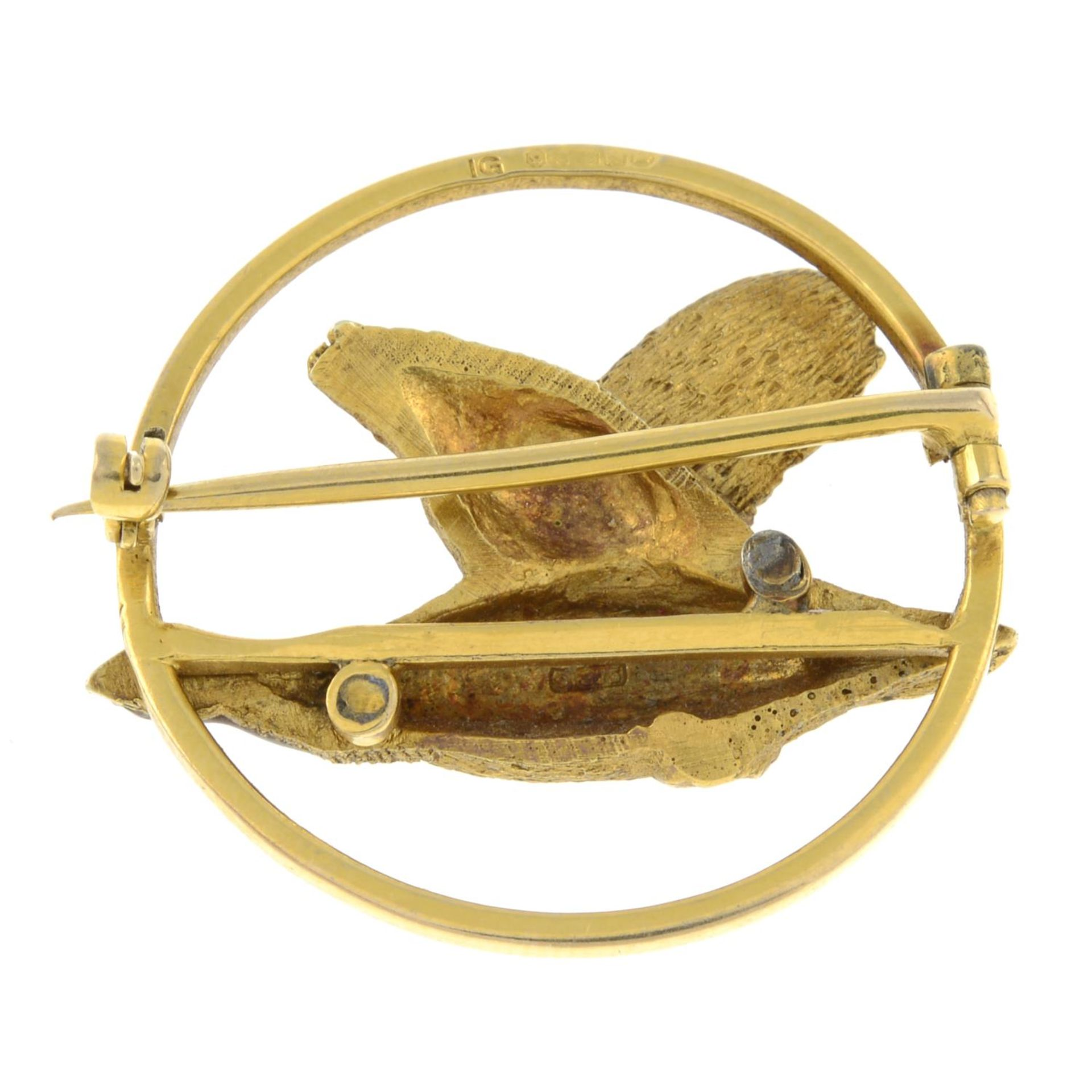 A 1940s 9ct gold and enamel brooch, - Bild 2 aus 2