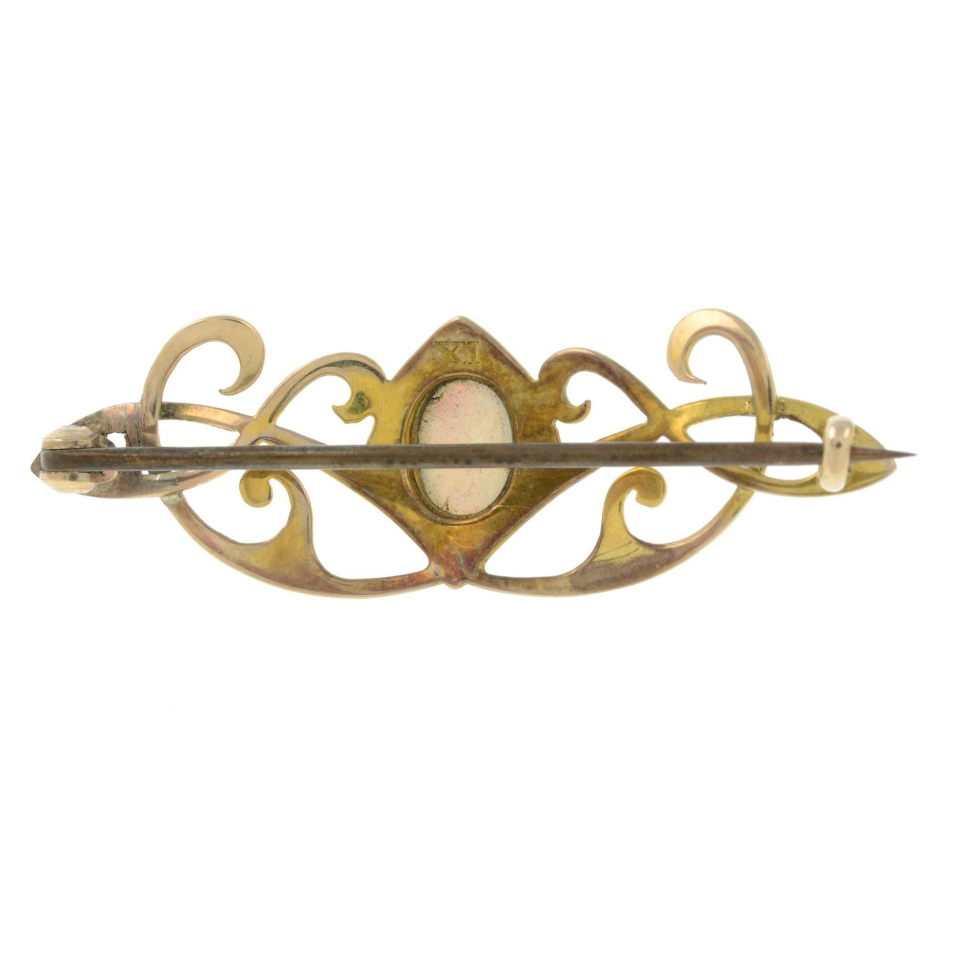 An Art Nouveau gold opal brooch.Length 4.4cms. - Bild 2 aus 2