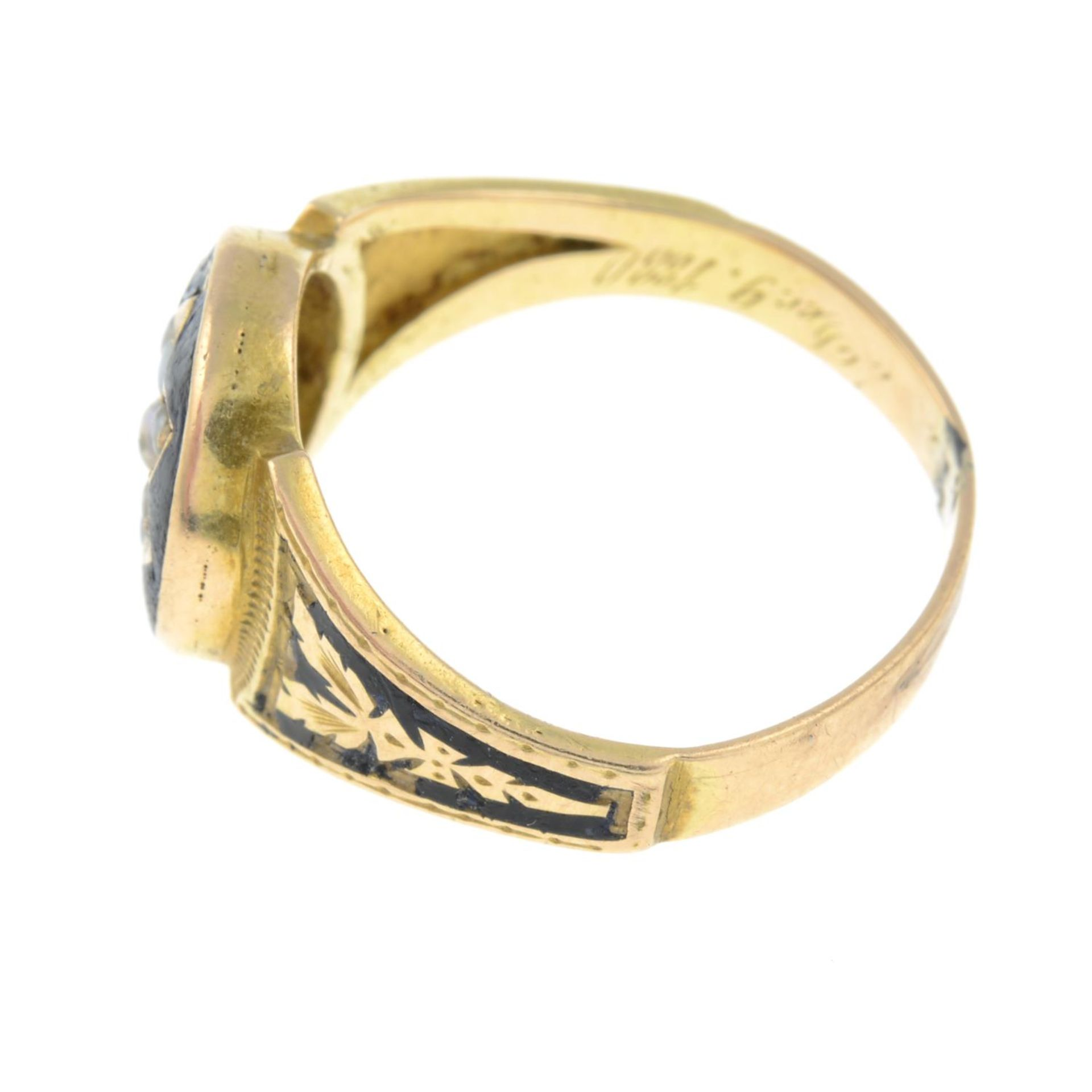 A late Victorian gold split pearl and black enamel mourning ring.Ring size L. - Bild 2 aus 3