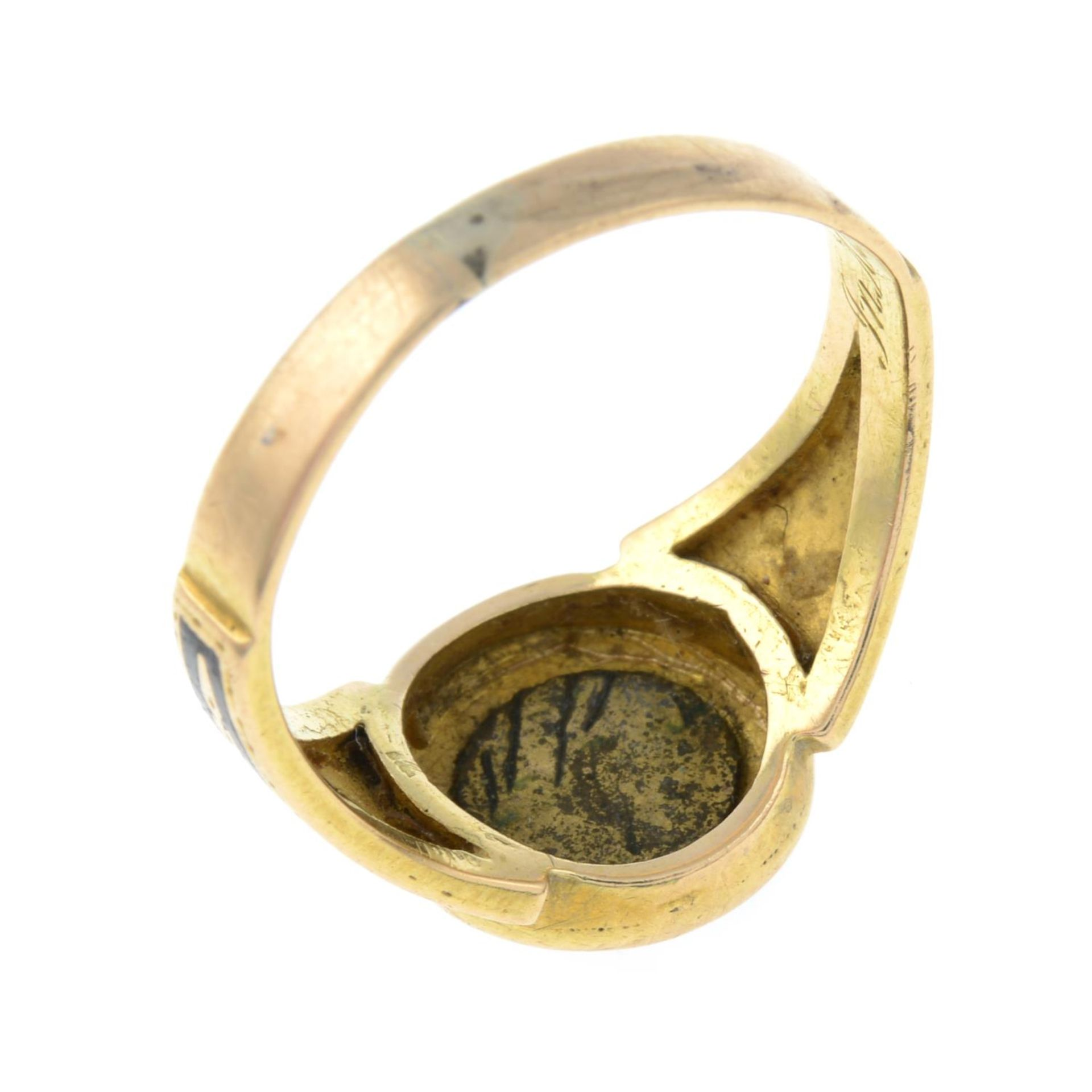 A late Victorian gold split pearl and black enamel mourning ring.Ring size L. - Bild 3 aus 3