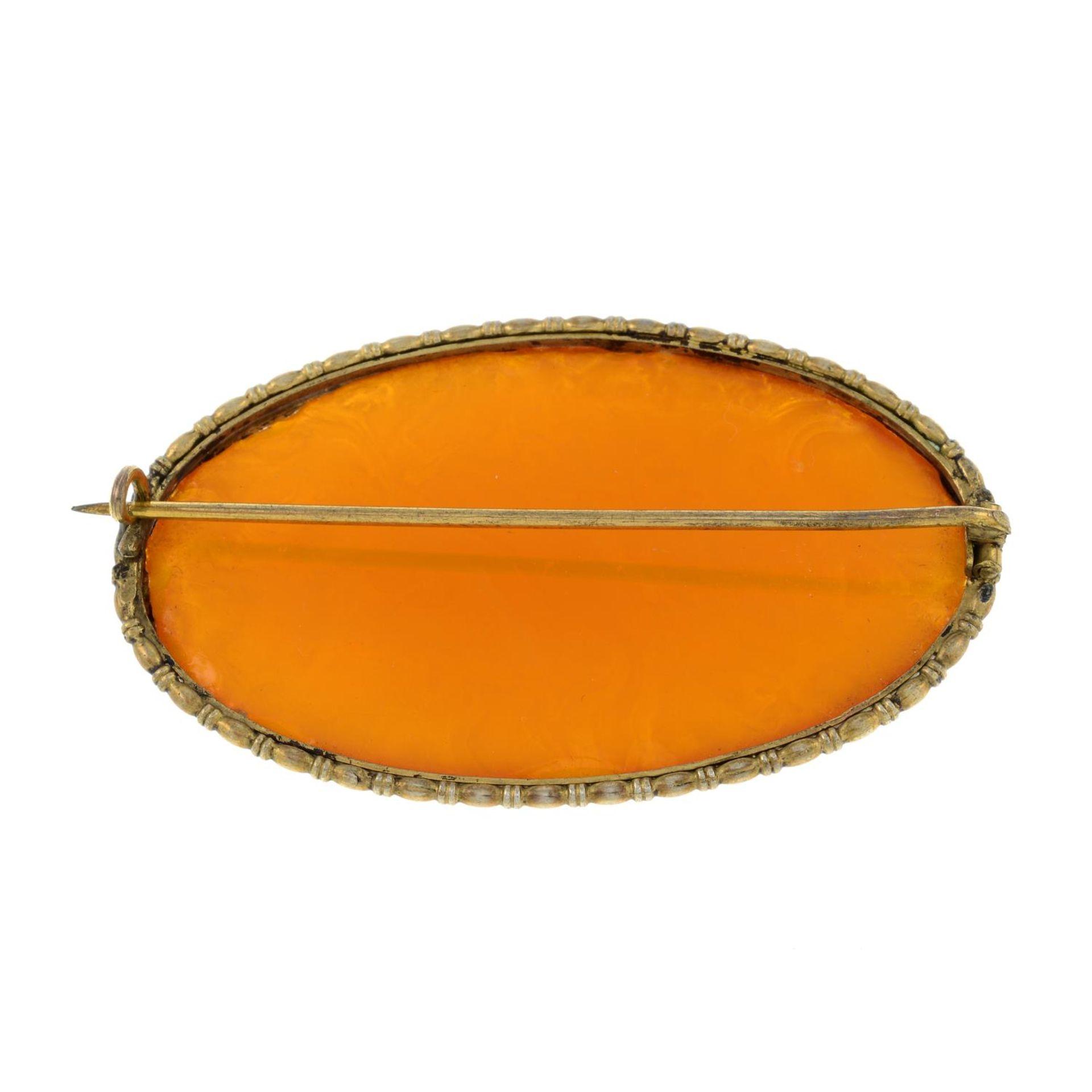 An amber brooch.Length 5.5cms. - Bild 2 aus 2