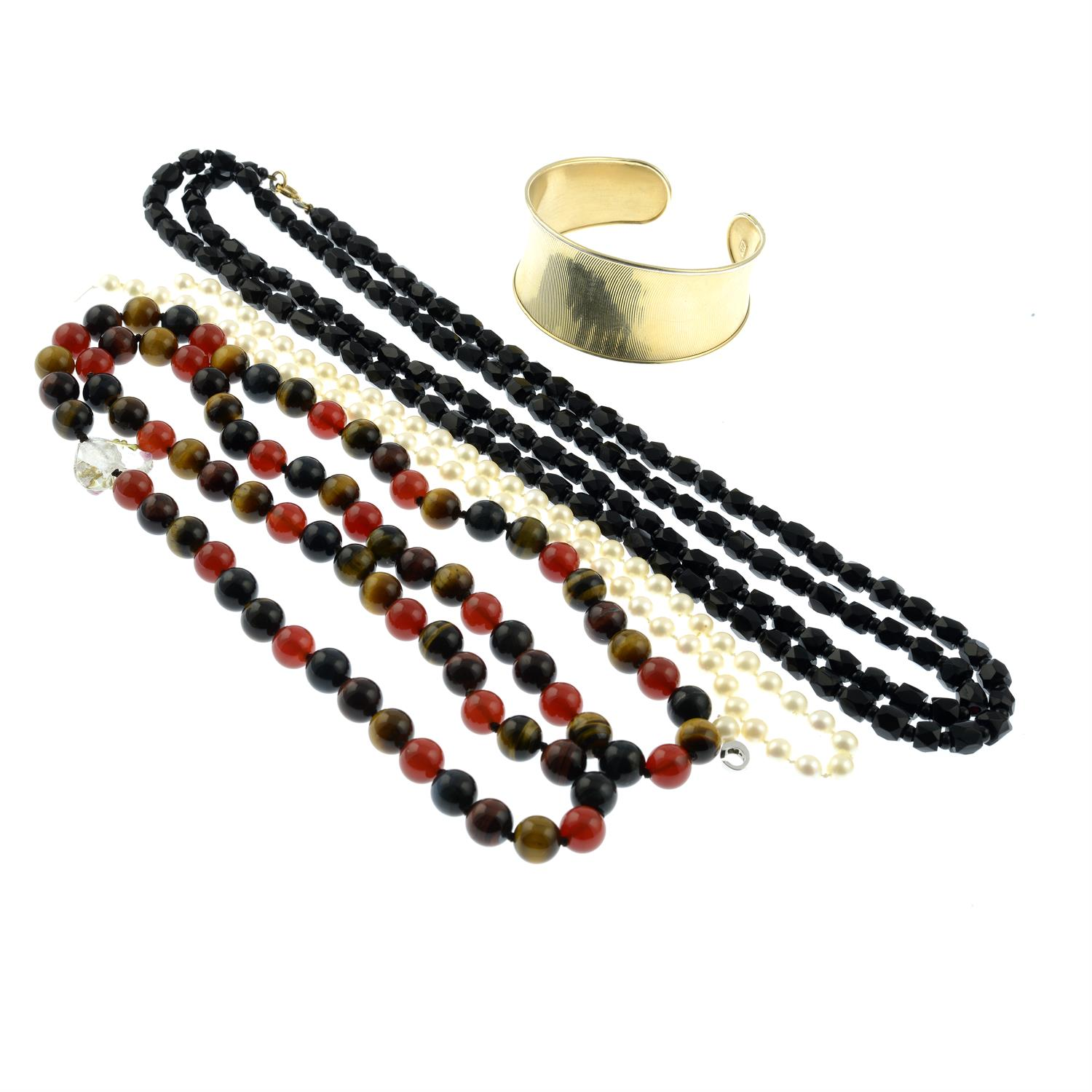 A grooved cuff bangle, a tiger's-eye bead necklace, a black glass necklace and a cultured pearl - Image 2 of 2