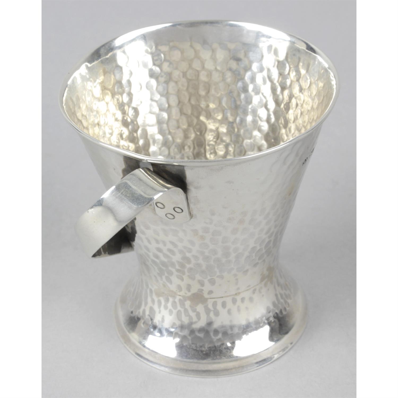 An Edwardian silver Arts & Crafts style mug. - Image 2 of 3