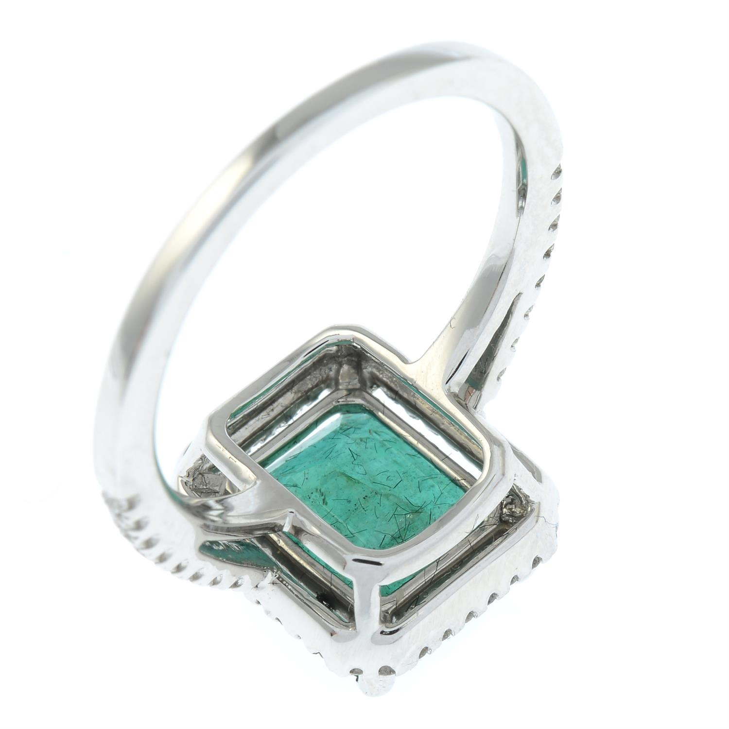 An emerald and brilliant-cut diamond ring. - Image 5 of 6