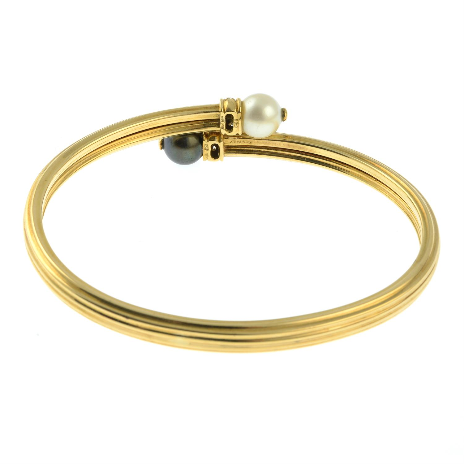 An 18ct gold grooved crossover bangle, with vari-hue cultured pearl and brilliant-cut diamond - Image 3 of 3