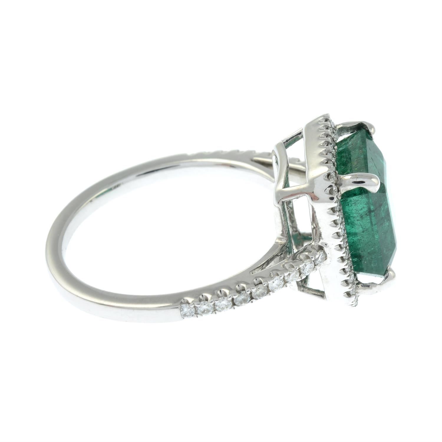 An emerald and brilliant-cut diamond ring. - Image 4 of 6
