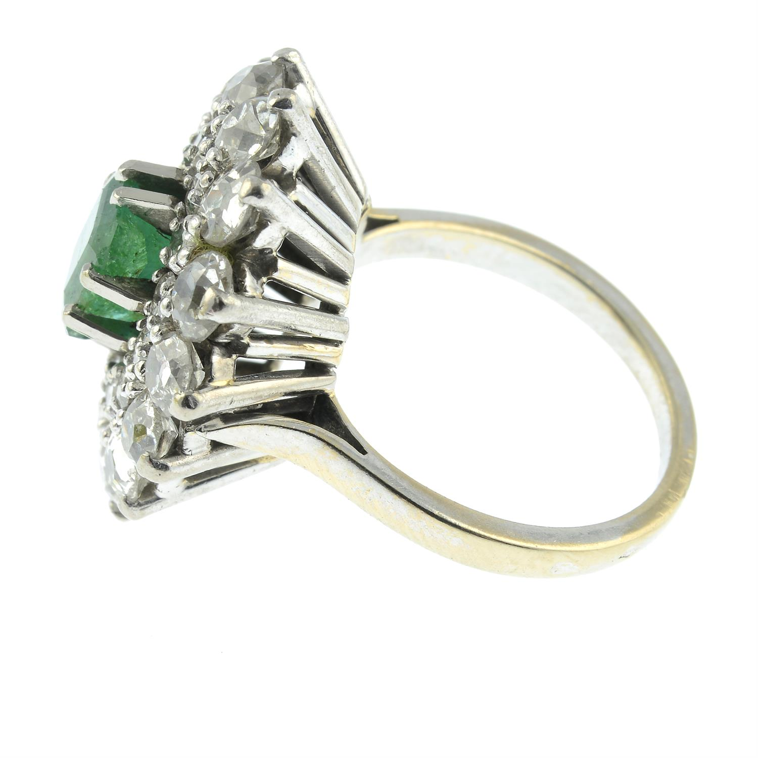An emerald and diamond cluster ring. - Image 3 of 5