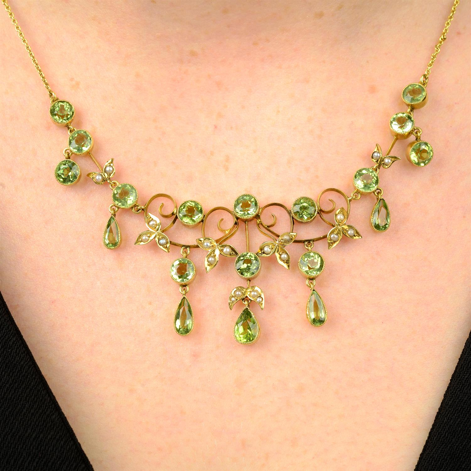 An early 20th century 9ct gold peridot and split pearl fringe necklace.