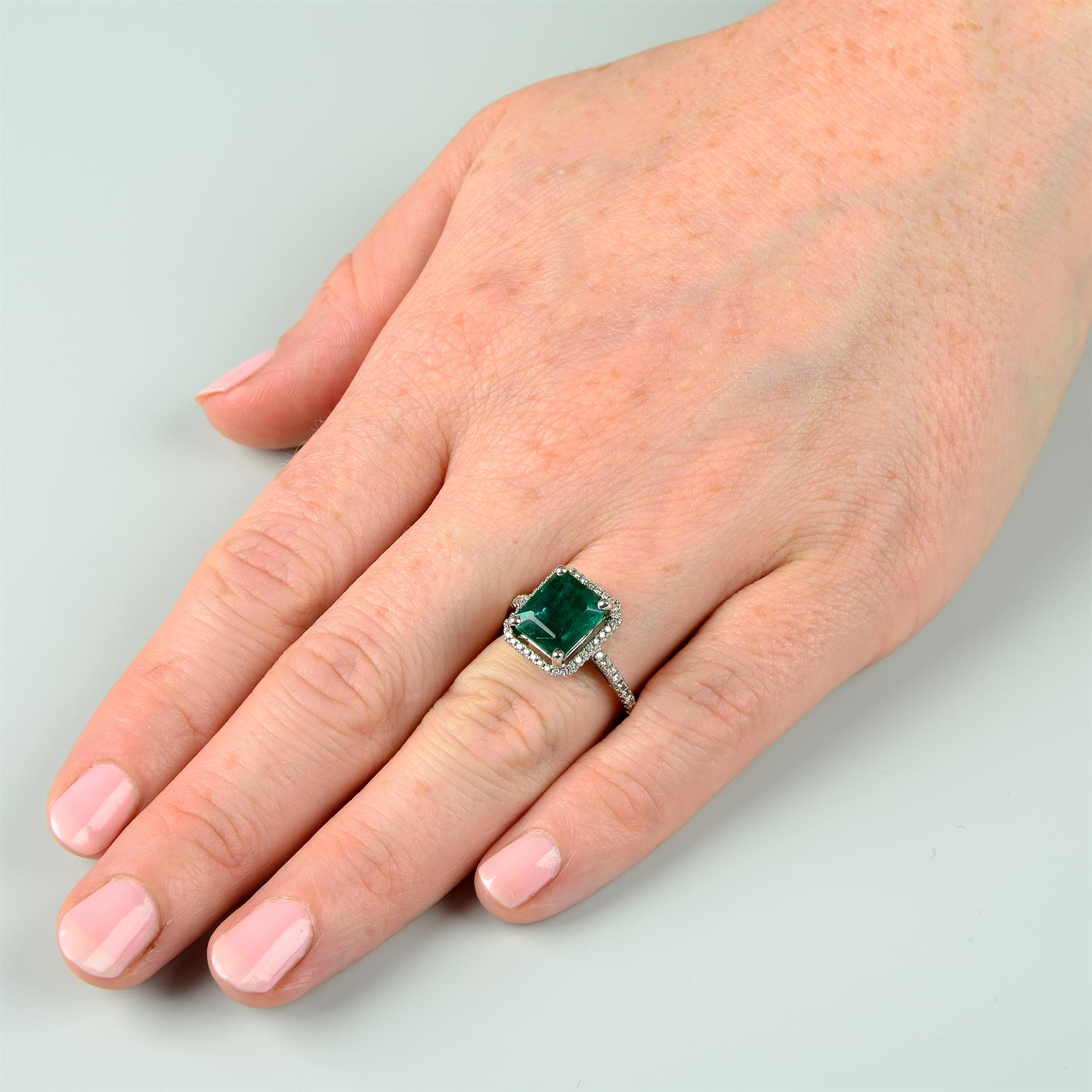 An emerald and brilliant-cut diamond ring. - Image 6 of 6